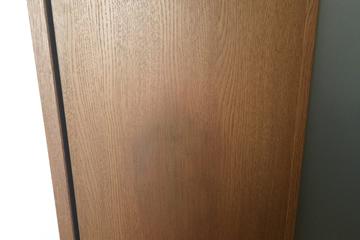 扉の穴キズ