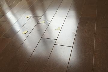 床の引きずり傷